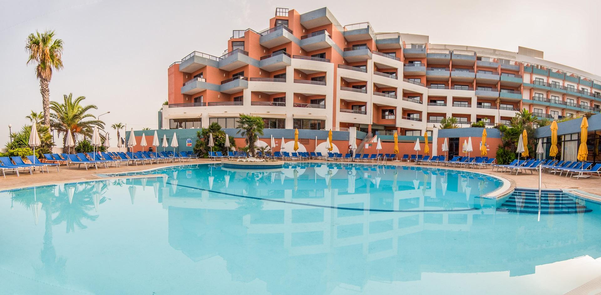 http://cdn.budavartours.hu/binaries/content/gallery/budavar/locations/accomodations/M%C3%A1lta/st.-paul-s-bay/The+Dolmen+Resort+Hotel+%26+Casino/dolmen-resort-malta-grounds-swim-up-bar.jpg